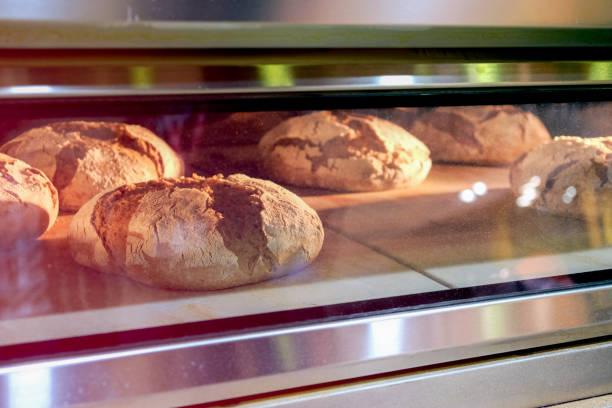 Belegte Brötchen in einem industriellen Ofen gebacken – Foto