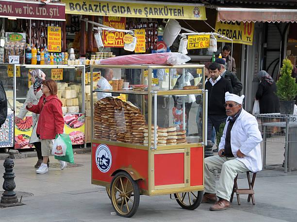 Bread seller in Istanbul - foto de stock