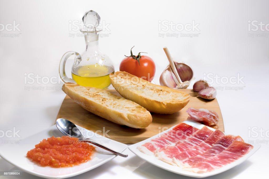 Pan tostado con tomate y jamón ibérico de bellota - foto de stock