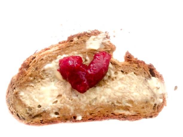 brot mit butter und roten form marmelade liebe herzsymbol - liebesbeweis für ihn stock-fotos und bilder