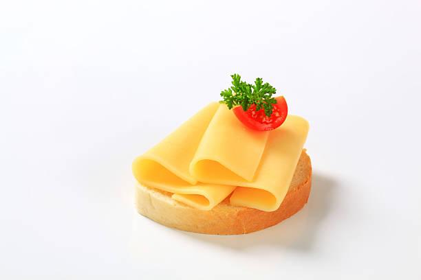 brot mit käse - kräuterfaltenbrot stock-fotos und bilder