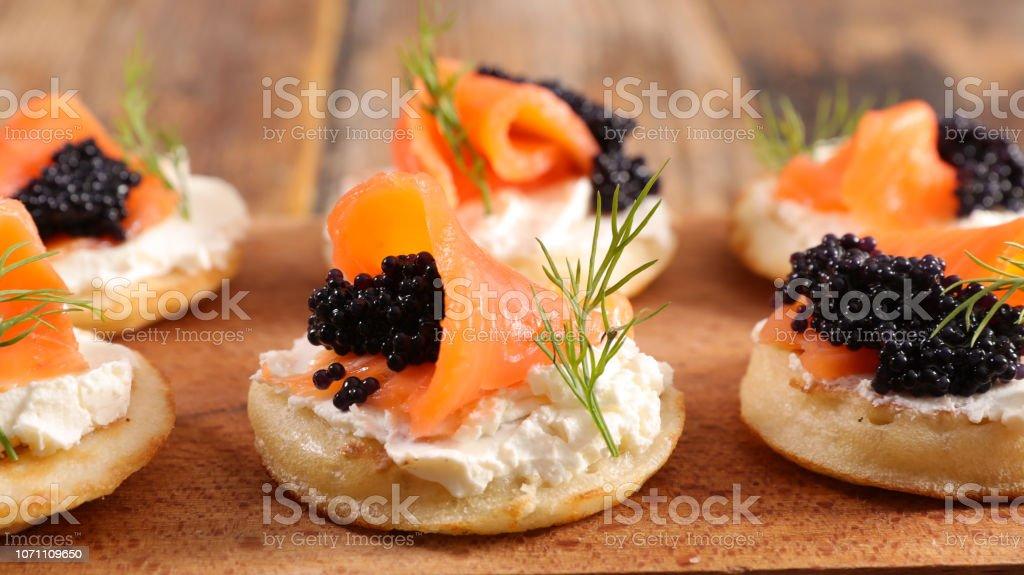 pain au fromage, de saumon et de caviar - Photo