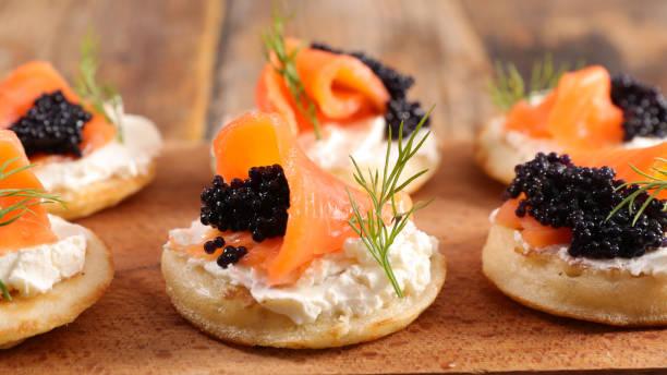 pan con queso, salmón y caviar - caviar fotografías e imágenes de stock