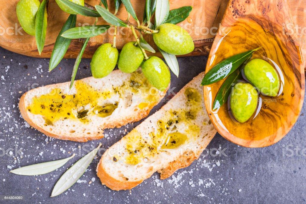 Pan con aceite de oliva fresco. - foto de stock