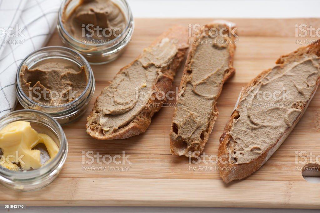 Brot mit Kalbfleisch und Kaninchen Pastete mit Butter auf einem Bambus-Brett. Ansicht von oben Lizenzfreies stock-foto