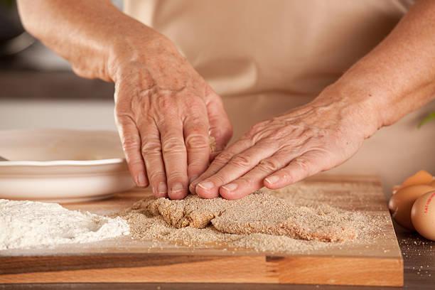 breadcrumbing cotoletta impanata - pangrattato preparazione degli alimenti foto e immagini stock