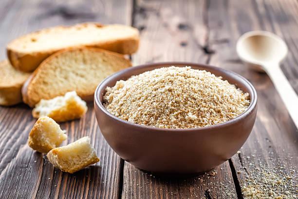 breadcrumbs - pangrattato preparazione degli alimenti foto e immagini stock