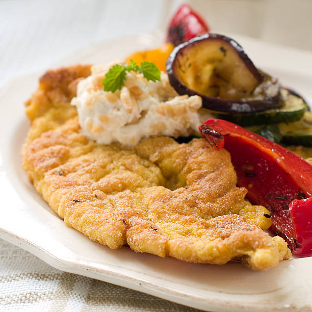 paniertes fleisch - paprikaschnitzel stock-fotos und bilder
