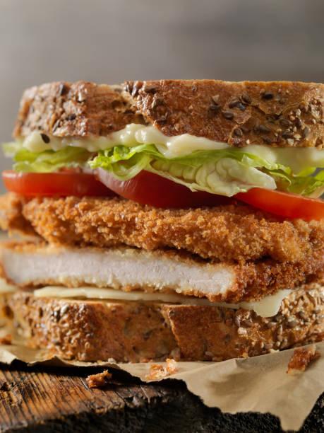 paniertes schweinefleisch schnitzel sandwich - kürbisschnitzel stock-fotos und bilder