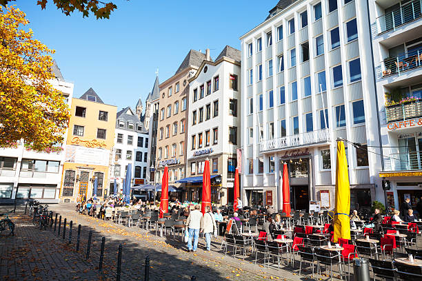 kurzurlaub im square alter markt in köln - restaurant köln stock-fotos und bilder