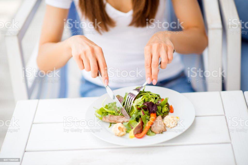 Mittagessen Sie mit Energie, Vitaminen und Abkühlung. Schließen Sie beschnittenen Foto der Dame, Salat auf einen weißen modernen Holztisch in ein Open-Air-Restaurant Essen – Foto