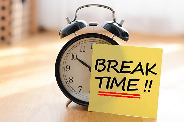 休憩時間のコンセプトにクラシックな目覚まし時計 - 週末の予定 ストックフォトと画像