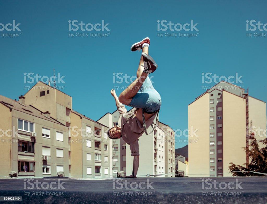 Breakdance tanzen auf einem Dach in einer Stadt – Foto