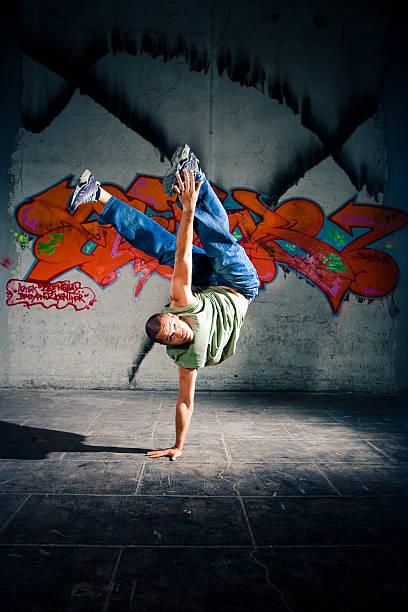 ブレークダンスをする - street graffiti ストックフォトと画像