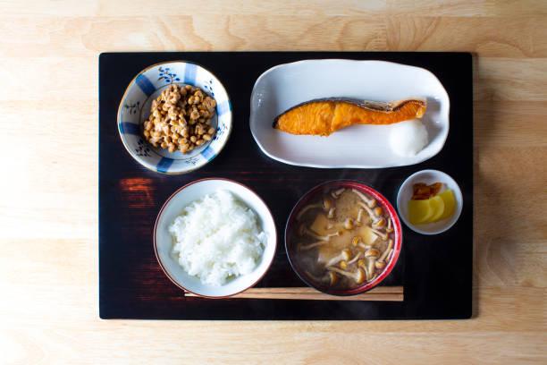 朝食とランチご飯とおかずトレイに日本独自。主食として米飯で食べる。 - 和食 ストックフォトと画像