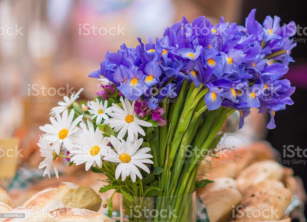 breakfast baguettes in basket and flowers zbiór zdjęć royalty-free