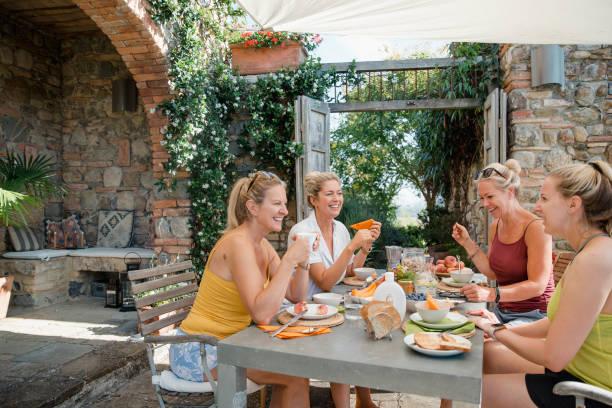 frühstück bevor sie italien erkunden - ferienhaus toskana stock-fotos und bilder