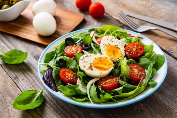 ontbijt-gekookt ei en groenten - salade stockfoto's en -beelden