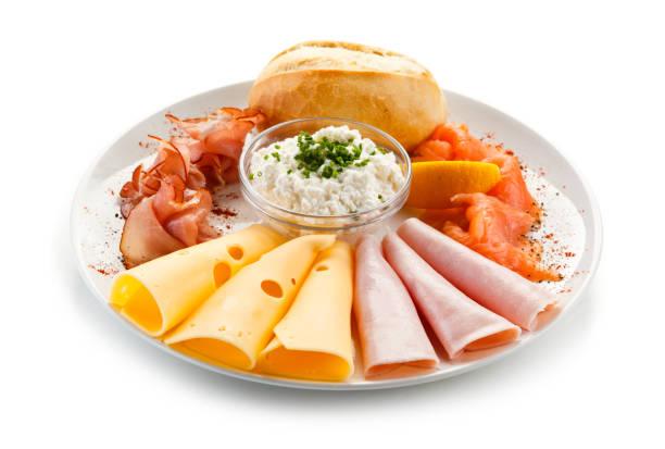 frühstück - gekochtes ei, räucherlachs, käse, schinken und gemüse - käse wurst salat stock-fotos und bilder