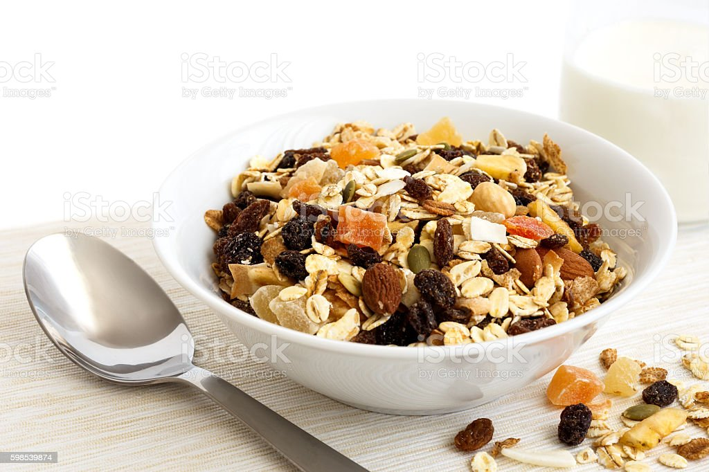 Breakfast bowl of fruit and nut muesli with milk. photo libre de droits