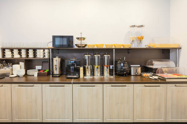 reichhaltiges frühstücksbuffet im modernen hotel (motel) oder hostel während self-service. - schnelle suppen stock-fotos und bilder