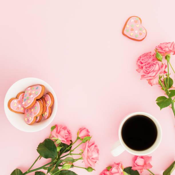 장미 꽃, 달콤한 쿠키와 분홍색 바탕에 커피 한잔으로 아침 식사 구성. 평면 위치, 최고 볼 수 있습니다. - 커피 마실 것 뉴스 사진 이미지