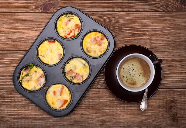 breakfast egg muffins. - käsemuffins stock-fotos und bilder