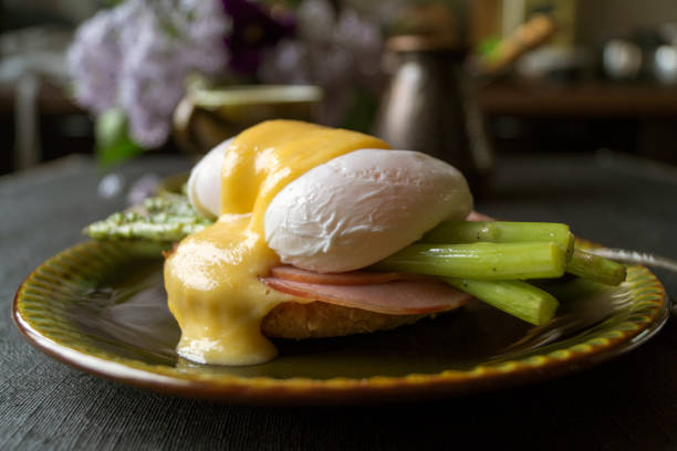 frühstück. eggs benedict mit spargel und kaffee. - sauce hollandaise stock-fotos und bilder