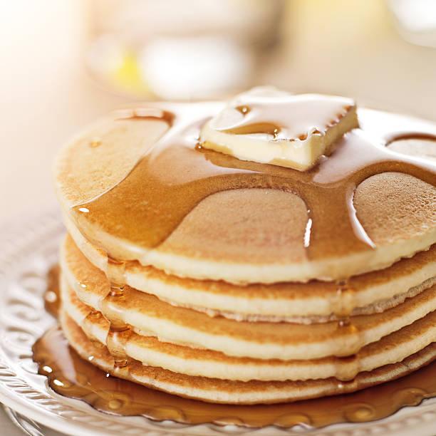 colazione-pila di frittelle con sciroppo e burro - pancake foto e immagini stock