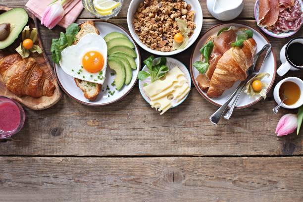 tabla de alimentos de desayuno. - desayuno fotografías e imágenes de stock