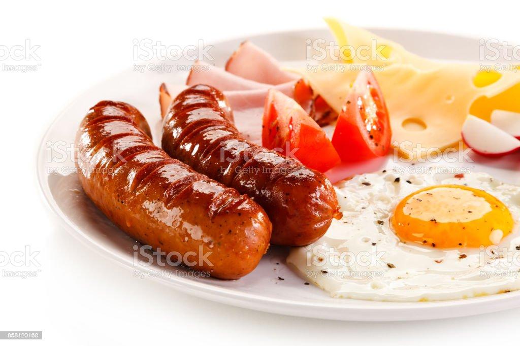 Frühstück, gebratenem Ei, Schinken und camembert und Gemüse – Foto