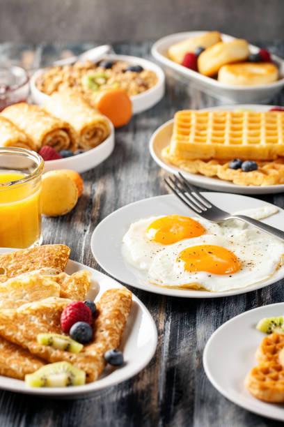 Frühstück-gebratene Eier, Pfannkuchen, Crepes, Croissants – Foto
