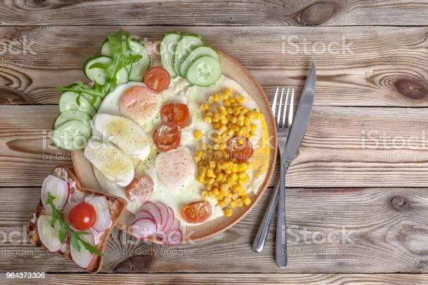 Foto de Pequenoalmoço Ovos Fritos Com Tomate Cereja Queijo Mussarela Legumes Frescos E Sanduíches Caseiros Conceito De Pequenoalmoço Saudável e mais fotos de stock de Almoço