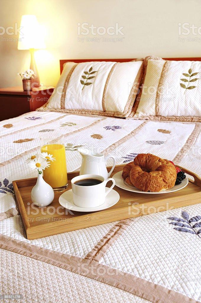 Frühstück im Bett in einem Hotelzimmer Lizenzfreies stock-foto