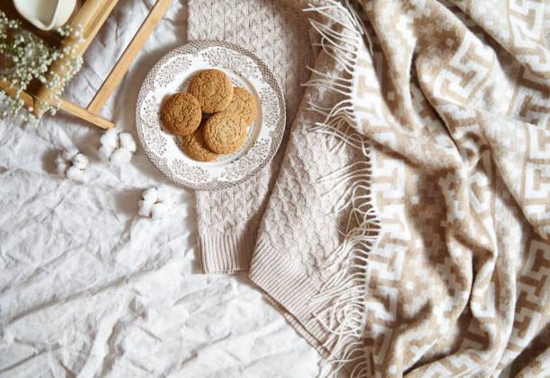 frühstück im bettenkonzept - haferflocken cookies. warm, weiches, licht farben, warme karo, baumwolle blumen, notizblock im rahmen mit kopie spase. - low carb kekse stock-fotos und bilder