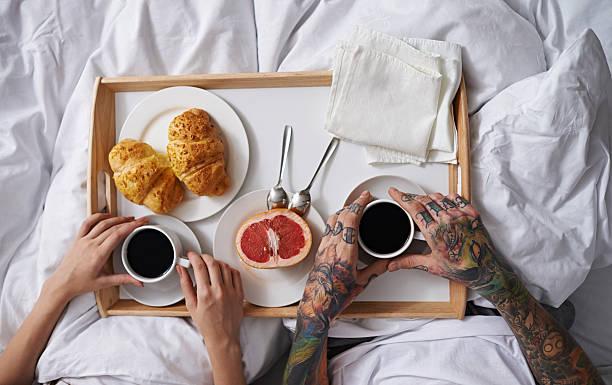 frühstück im bett - essen tattoos stock-fotos und bilder