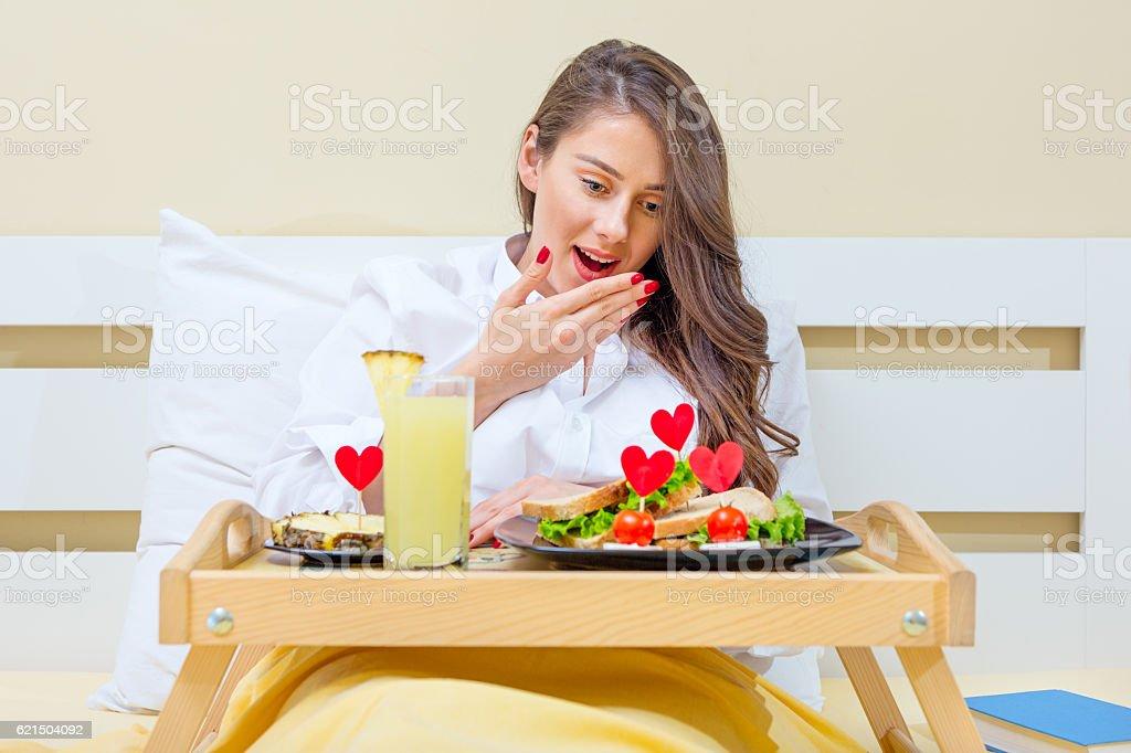 Petit déjeuner au lit  photo libre de droits