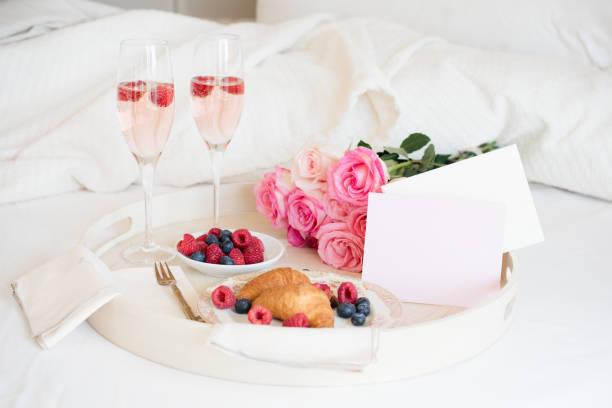 frühstück im bett  - romantische karten stock-fotos und bilder