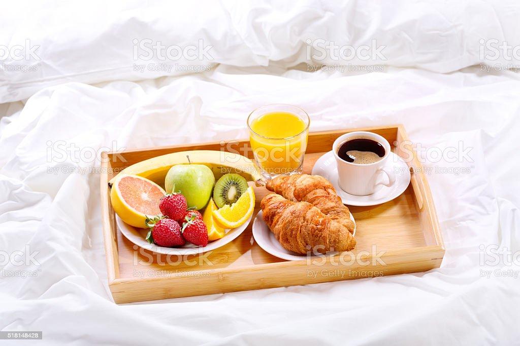 śniadanie Do łóżka Tacę Z Kawy I Rogalika I Owoców Zdjęcia