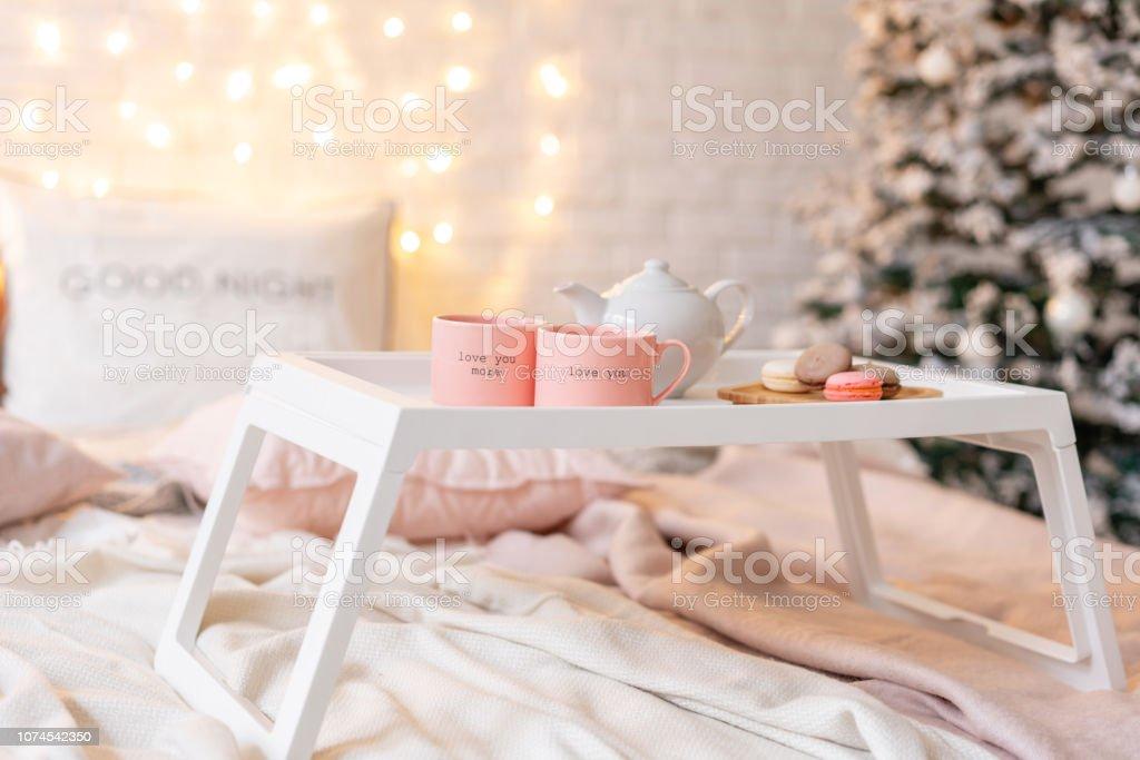 Frühstück Im Bett Tablett Mit Kaffee Und Makronen Moderne ...