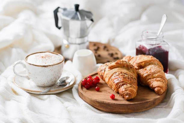 desayuno en la cama con croissants, café y mermelada - desayuno fotografías e imágenes de stock
