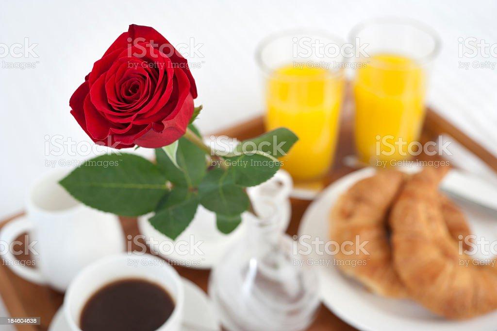 Prima Colazione A Letto Con Rosa Sfondo Bianco Fotografie Stock E Altre Immagini Di Albergo Istock