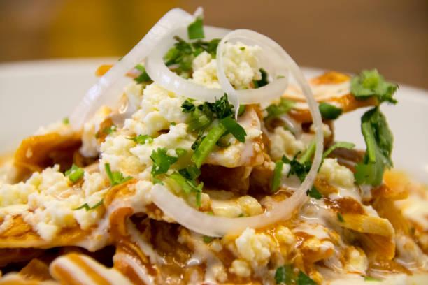 frühstück im hotel guatemala, mexikanische küche, traditionelles würziges gericht - meeresfrüchte enchiladas stock-fotos und bilder