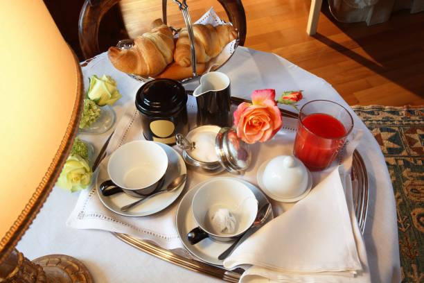 frühstück im schlafzimmer - bett landhausstil stock-fotos und bilder