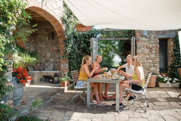 frühstück in der villa - ferienhaus toskana stock-fotos und bilder