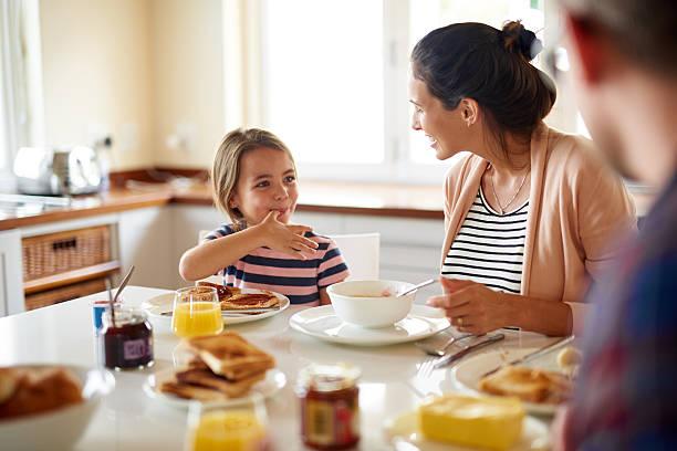 desayuno es mejor con familia - desayuno fotografías e imágenes de stock