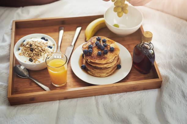 das frühstück ist wichtig, aber das frühstück im bett ist das paradies - sonntagsbrunch stock-fotos und bilder
