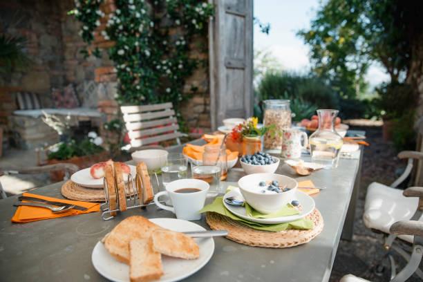 das frühstück wird serviert - ferienhaus toskana stock-fotos und bilder