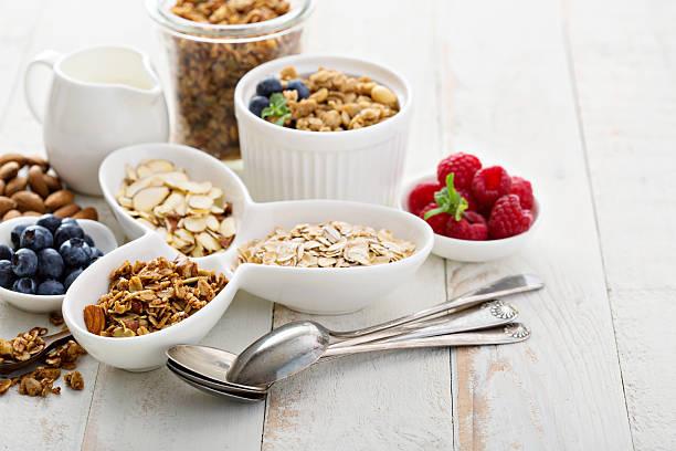 plats de petit déjeuner sur la tableau - fibre photos et images de collection