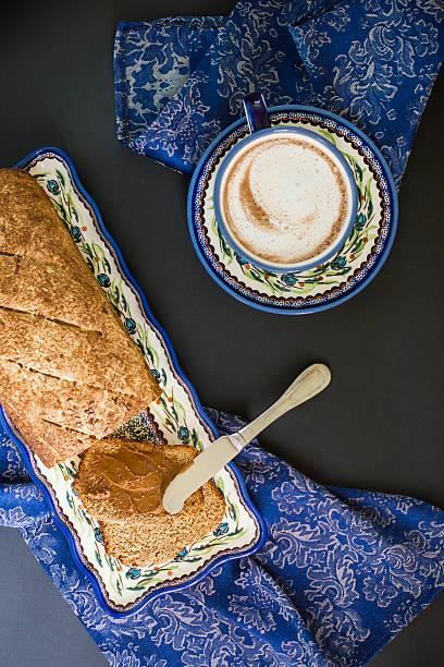 frühstück braten auf dunklem hintergrund - marinekuchen stock-fotos und bilder